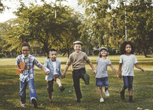孩子杂乱的一团幸福乐趣微笑的概念 免版税库存照片