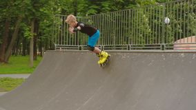 孩子极端休闲rollerblader冰鞋舷梯公园 股票视频