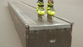 孩子极端休闲rollerblader跃迁舷梯公园 股票录像