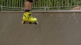孩子极端休闲rollerblader跃迁舷梯公园 影视素材