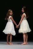 孩子模型常春藤和翠菊的步行跑道时装表演在秋天2015新娘收藏时 免版税库存照片