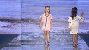 孩子模型步行PitUSA游泳的跑道在Paraiso时尚期间公平2018年7月14日 股票视频