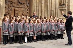 孩子歌唱唱歌在巴恩修道院前面的圣诞节颂歌 库存照片