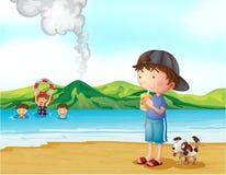 孩子游泳和一个男孩和他的宠物在海滨 免版税库存照片