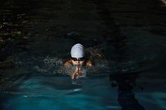 孩子游泳蛙泳 免版税库存图片
