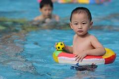 孩子游泳 免版税图库摄影