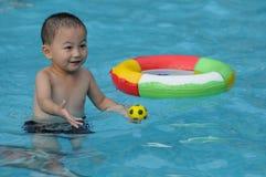 孩子游泳 库存照片