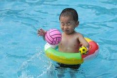孩子游泳 库存图片