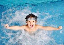 孩子游泳 免版税库存照片