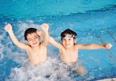 孩子游泳 免版税库存图片