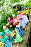 孩子游行对古兰经的毕业的仪式。 库存照片