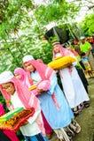 孩子游行对古兰经的毕业的仪式。 库存图片