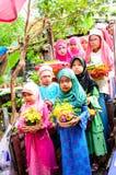 孩子游行对古兰经的毕业的仪式。 免版税库存图片
