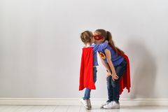 孩子演奏超级英雄 库存照片