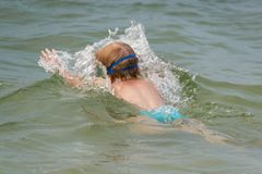 孩子潜水在湖的水下 改善和学会游泳 健康生活方式 免版税库存照片