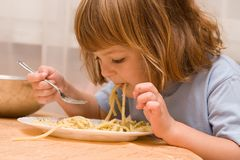 孩子爱意大利面食 免版税库存图片