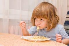 孩子爱意大利面食 免版税库存照片