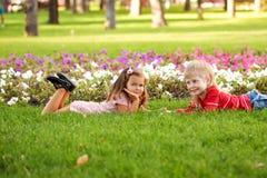 孩子爱概念。在室外的爱的一点夫妇 免版税库存照片