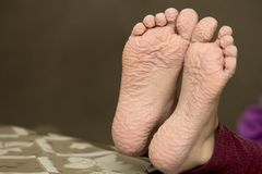 孩子特写镜头在长的浴以后起了皱纹脚 库存照片