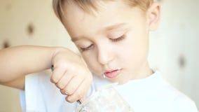孩子独立地吃酸奶干酪或酸奶,特写镜头 股票录像