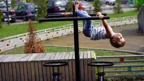 孩子生活在一个现代城市-小男孩做着在模拟器的体育在运动场 股票视频