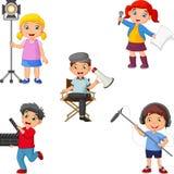 孩子用不同的剧院角色从主任到演员,兴旺的老人操作员 向量例证