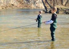 孩子用假蝇钓鱼 免版税库存图片