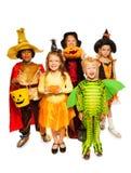 孩子用南瓜和在万圣夜服装 免版税库存照片
