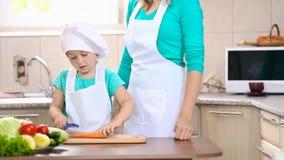 孩子用妈咪干净的红萝卜 股票视频