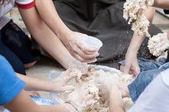 孩子用手有很多面粉 免版税库存图片