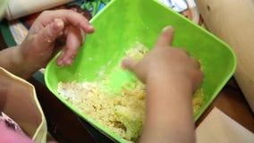 孩子由他们自己的形式做曲奇饼 股票视频