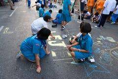孩子由在中央街道上的白垩画 库存图片