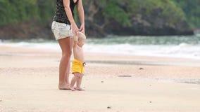 孩子由有他的母亲的把柄去海滩的 股票视频