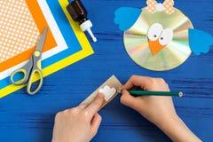 孩子由CD做鸟 第12步 免版税库存照片