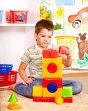 孩子男孩在幼稚园。 免版税库存图片