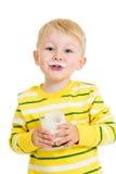 孩子男孩饮用奶或酸奶 库存图片