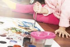 孩子画与铅笔的一张图片 免版税库存图片