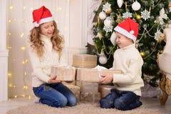 孩子画象有新年礼物圣诞节的 图库摄影