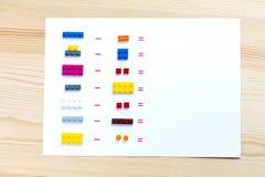 孩子的一场比赛能学会数学 匹配块对帐户 免版税库存照片