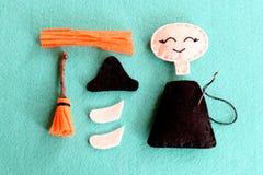 孩子的乐趣万圣夜缝合的项目 加入毛毡巫婆片断使用简单的连续针的 步骤 特写镜头 顶视图 库存照片