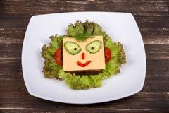 孩子的乐趣食物-在面包的面孔 免版税库存图片