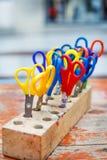 孩子的五颜六色的剪刀做的艺术,特写镜头。 免版税库存图片