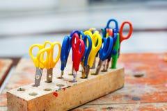 孩子的五颜六色的剪刀做的艺术,特写镜头。 库存图片