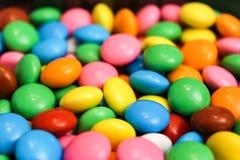 孩子的五颜六色的巧克力糖 免版税图库摄影