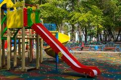 孩子的五颜六色的操场设备在公园 库存照片
