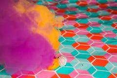 孩子的五颜六色的烟爆竹 烟颜色纹理 图库摄影