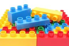 孩子的五颜六色的积木白色背景的 免版税库存图片