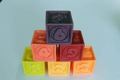 孩子的五颜六色的立方体比赛3D 免版税库存照片