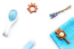 孩子的低变应原的浴化妆用品用淡紫色 瓶、温泉盐、毛巾和玩具在白色背景顶视图 库存照片
