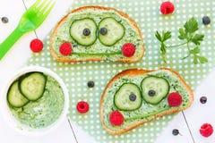 孩子的健康三明治塑造了逗人喜爱的青蛙 库存图片